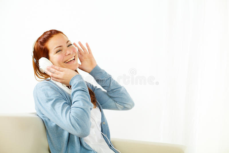 Giovane donna felice che ascolta la musica immagine stock libera da diritti