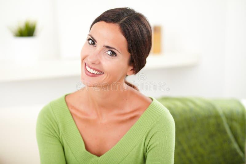 Giovane donna felice che esamina la macchina fotografica immagini stock