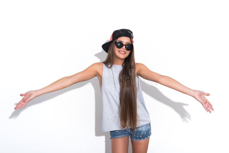 Giovane donna felice che esprime le emozioni positive fotografia stock libera da diritti