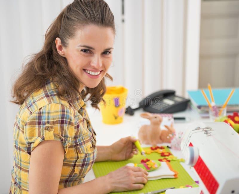 Giovane donna felice che fa la decorazione di pasqua fotografia stock