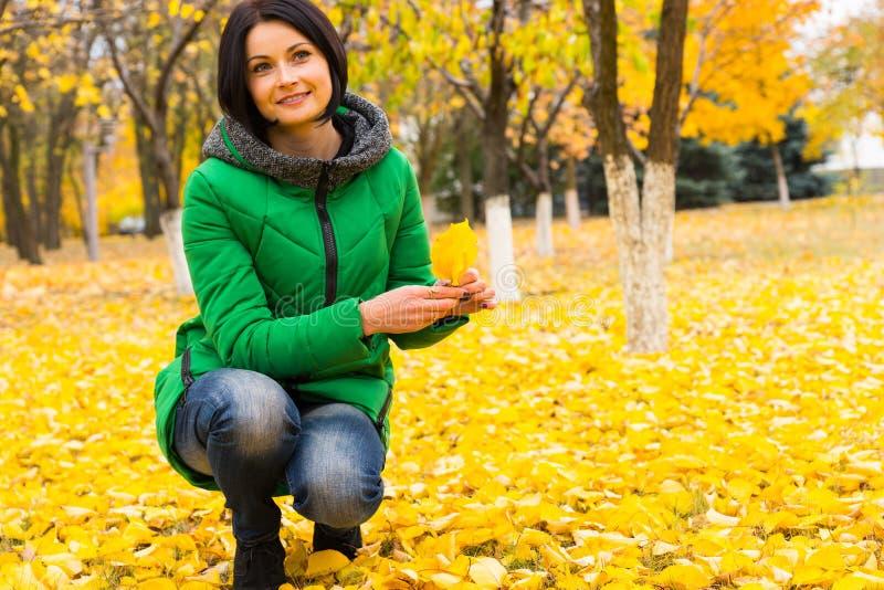 Giovane donna felice che gode dei colori dell'autunno immagine stock