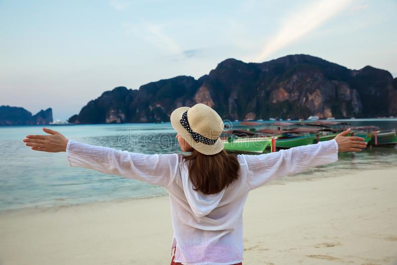 Giovane donna felice che gode dell'alba su un'isola tropicale thailand fotografia stock