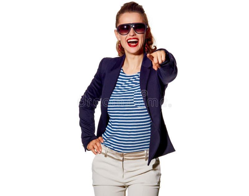 Giovane donna felice che indica in camera isolato su bianco fotografia stock libera da diritti