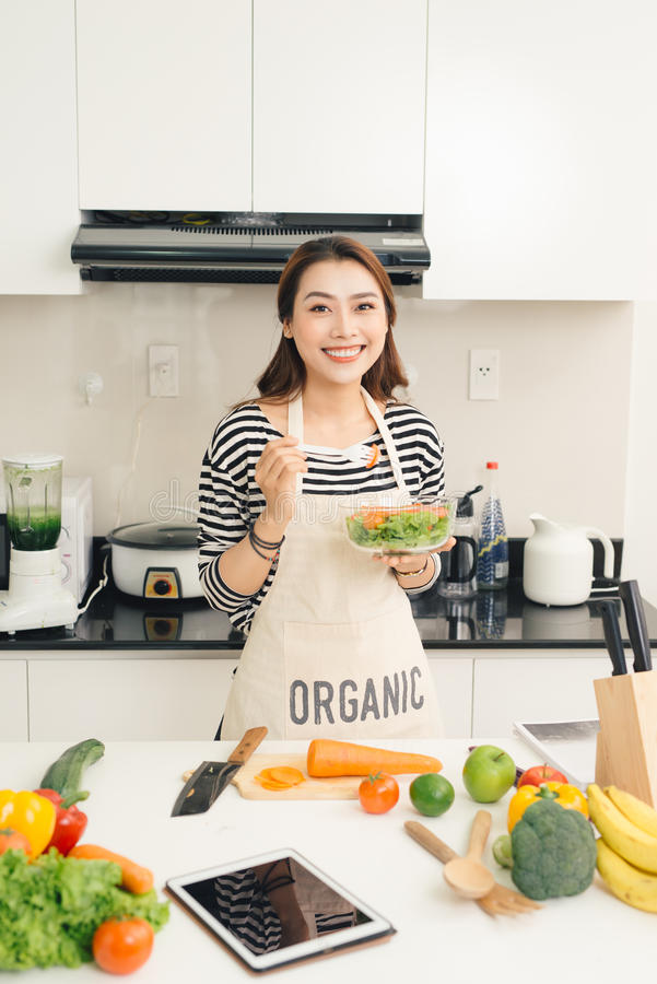 Giovane donna felice che mangia insalata Stile di vita sano con alimento verde fotografie stock libere da diritti