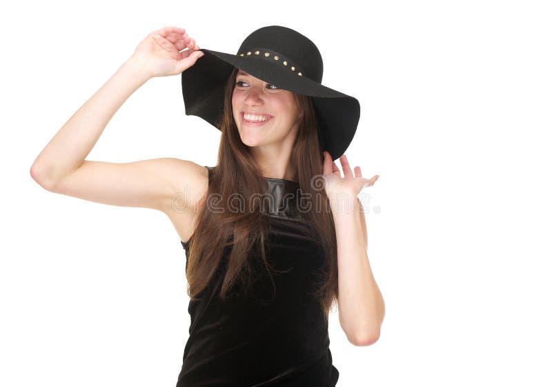 Giovane donna felice che sorride con black hat immagine stock libera da diritti