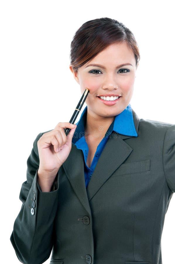 Giovane donna felice che tiene una penna fotografia stock libera da diritti