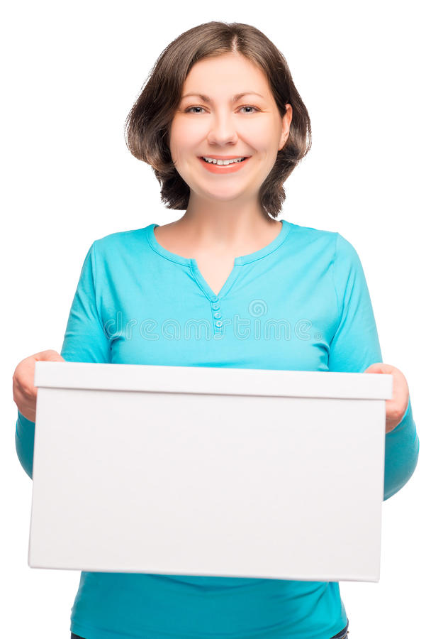Giovane donna felice che tiene una scatola di cartone fotografia stock libera da diritti