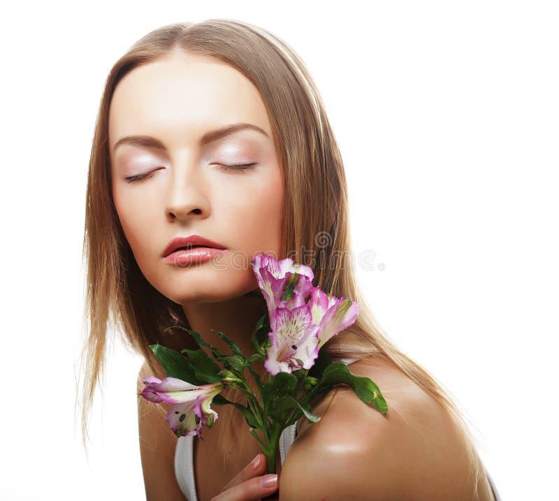 Download Giovane Donna Felice Con I Fiori Rosa Immagine Stock - Immagine di nave, bellezza: 55358209