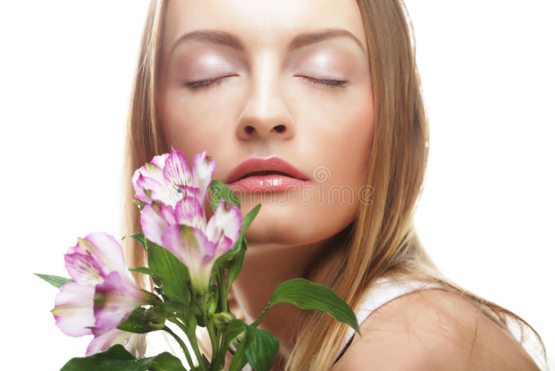 Download Giovane Donna Felice Con I Fiori Rosa Immagine Stock - Immagine di bellezza, bello: 56878293