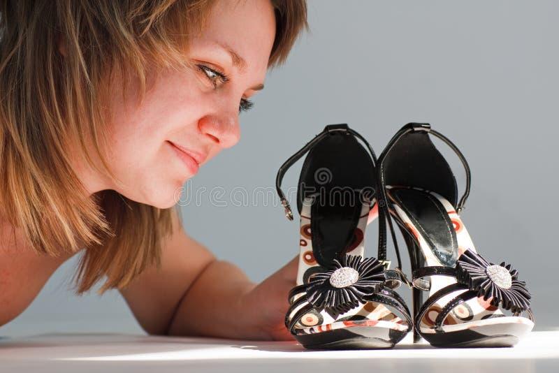 Giovane donna felice con i nuovi pattini fotografie stock