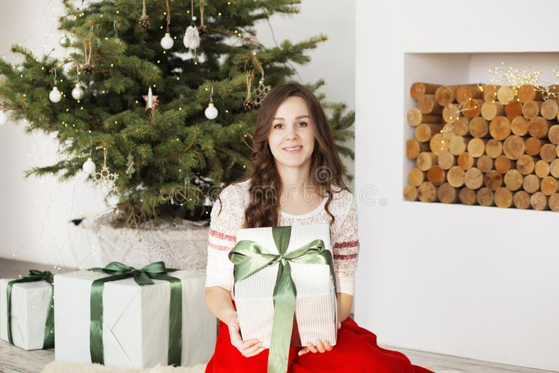 Giovane donna felice con i regali di natale Ragazza contentissima con il regalo immagine stock libera da diritti