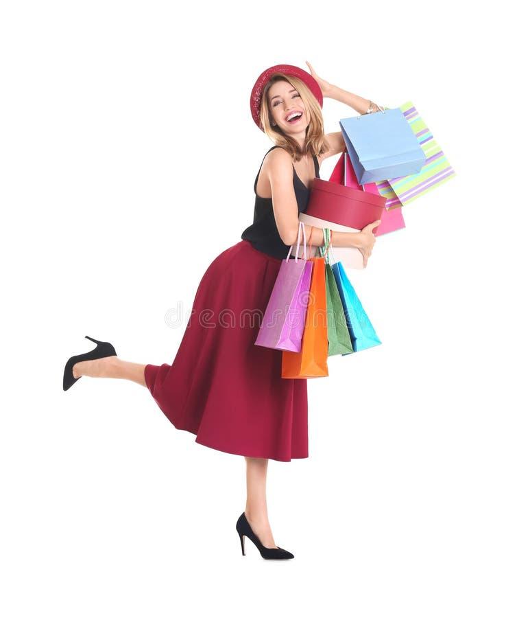Giovane donna felice con i sacchetti della spesa e le scatole fotografie stock