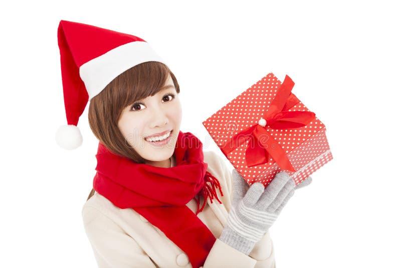 Giovane donna felice con il contenitore di regalo di natale immagine stock libera da diritti
