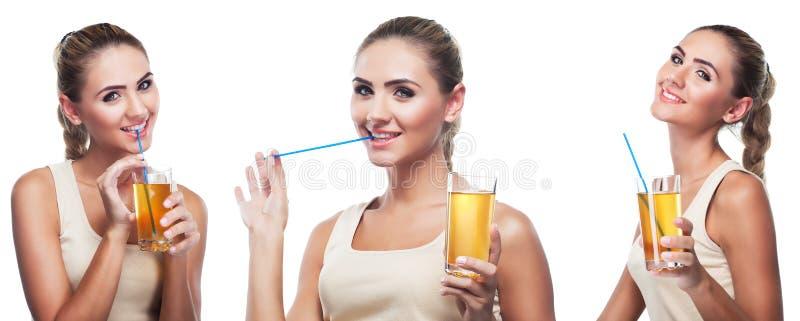 Giovane donna felice con il succo di mele su fondo bianco fotografia stock