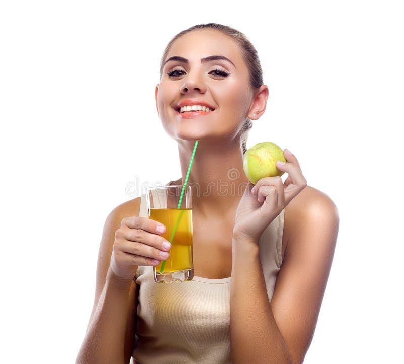Giovane donna felice con il succo di mele su fondo bianco. Conce immagine stock
