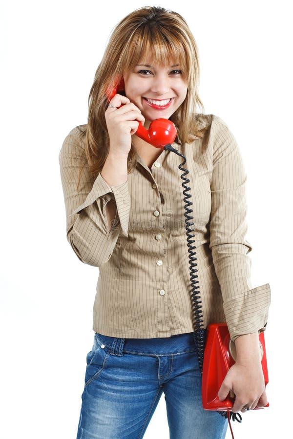 Giovane donna felice con il telefono rosso fotografia stock libera da diritti