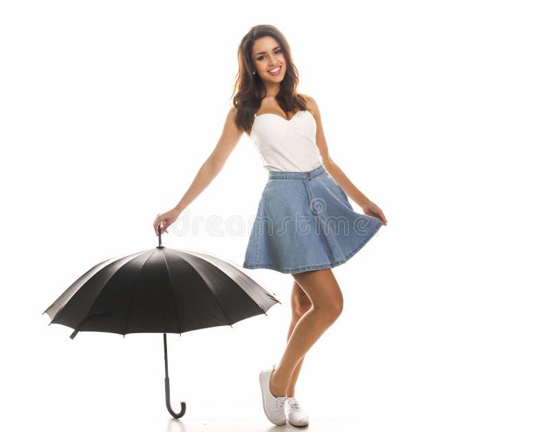 Giovane donna felice con l'ombrello immagine stock