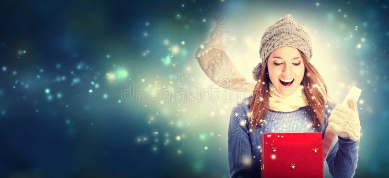 Giovane donna felice con la scatola del regalo di Natale fotografia stock