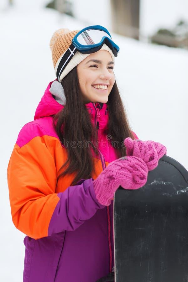 Giovane donna felice con lo snowboard all'aperto fotografia stock libera da diritti