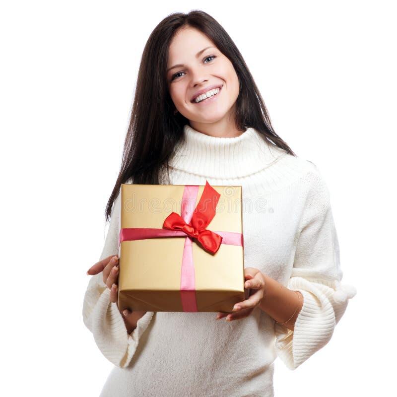 Giovane donna felice con un regalo immagine stock