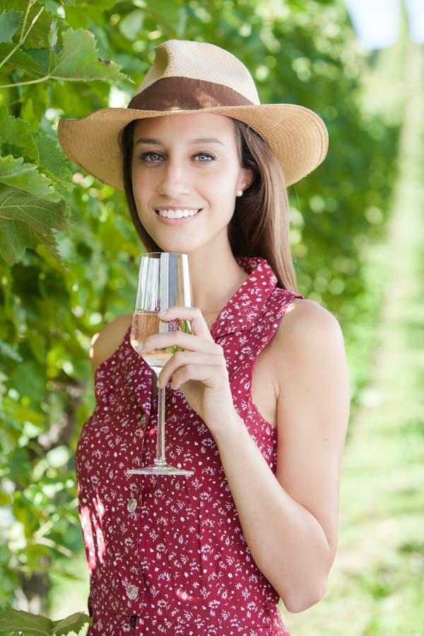 Giovane donna felice con vino fotografia stock libera da diritti