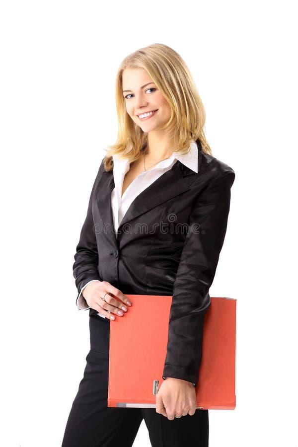 Giovane donna felice di affari con il dispositivo di piegatura rosso fotografia stock libera da diritti