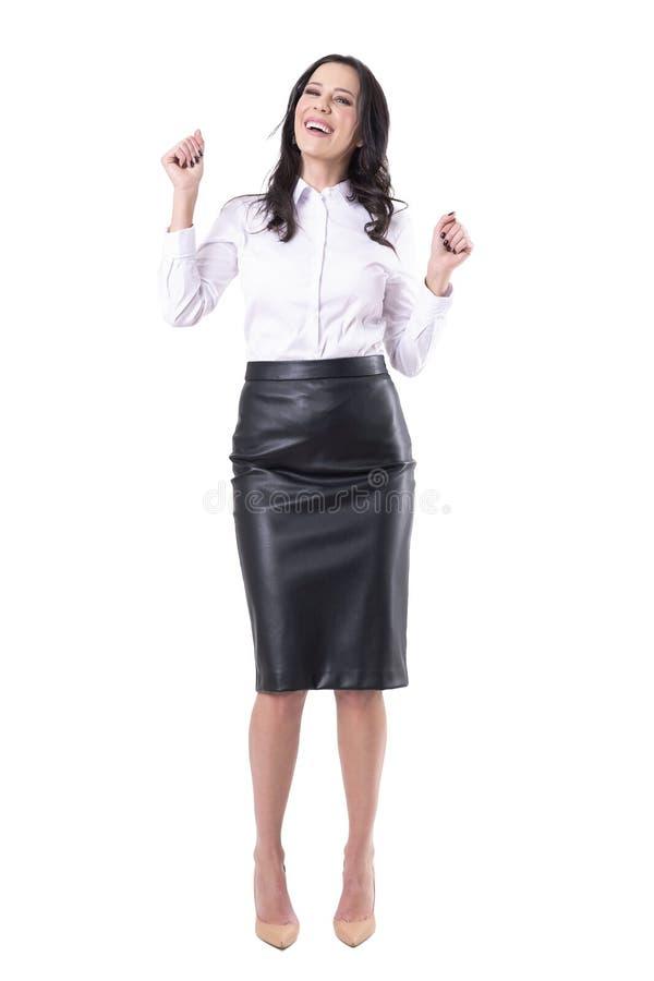 Giovane donna felice giuliva di affari che celebra ballare e risata fotografie stock libere da diritti