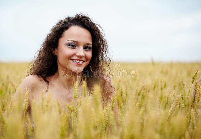 Giovane donna felice nel giacimento di grano immagini stock libere da diritti