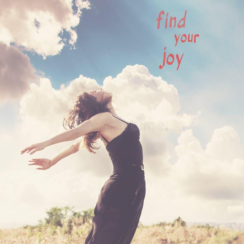 Giovane donna felice nel salto al campo di estate con la citazione trovare la vostra gioia immagini stock libere da diritti