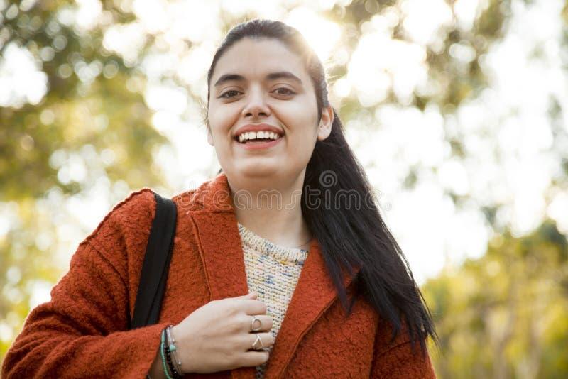 Giovane donna felice nell'aria aperta fotografia stock libera da diritti