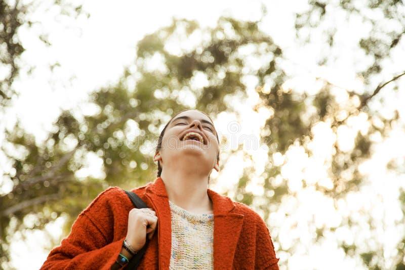 Giovane donna felice nell'aria aperta fotografie stock