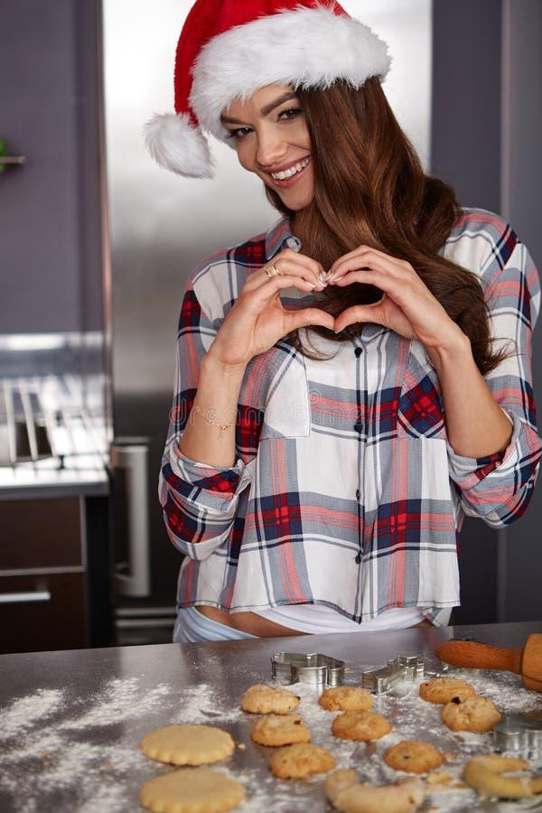Giovane donna felice nella cucina immagini stock