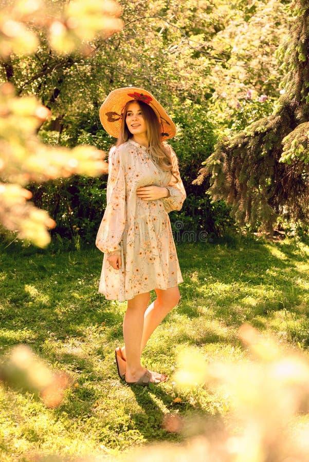 Giovane donna felice nella sosta Umore di estate fotografie stock libere da diritti