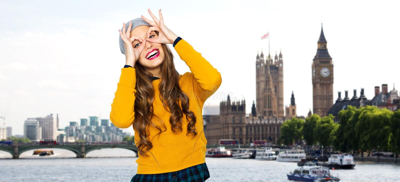 Giovane donna felice o divertiresi teenager della ragazza fotografia stock libera da diritti