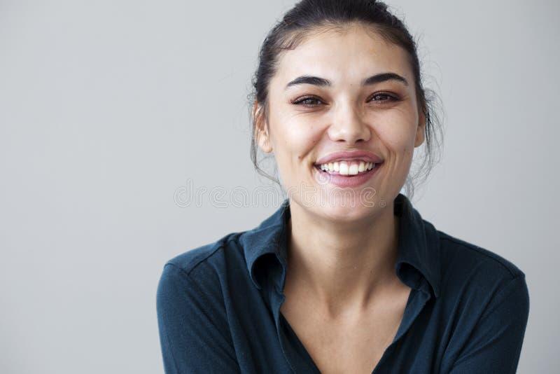 Giovane donna felice su fondo grigio fotografia stock