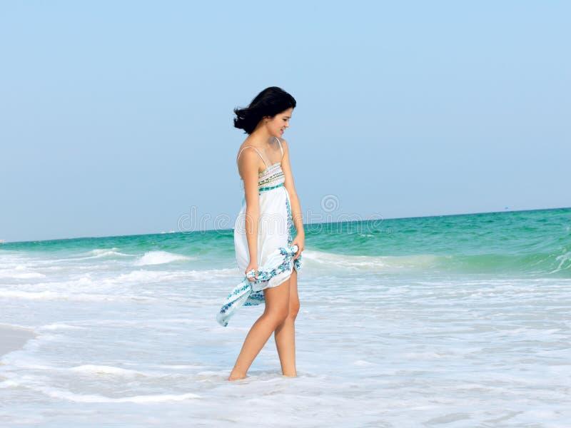 Giovane donna felice su una spiaggia immagine stock libera da diritti