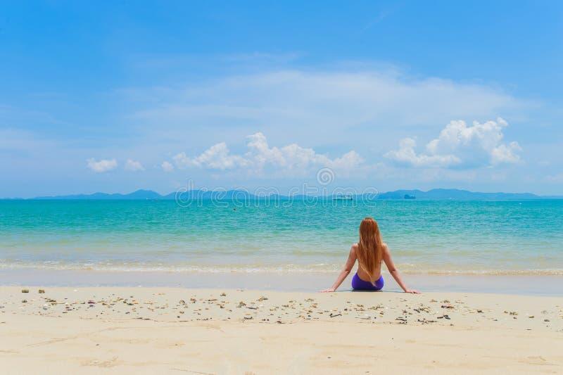 Giovane donna felice sulla spiaggia immagini stock libere da diritti