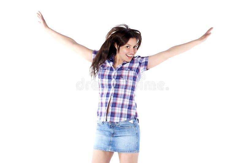 Giovane donna felice in una camicia di plaid con le armi alzate su immagini stock libere da diritti