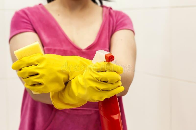 Giovane donna fornita della bottiglia e della spugna dello spruzzo Governo della casa e concetto di pulizia Donne che preparano p immagini stock libere da diritti
