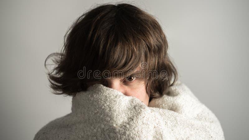 Giovane donna fredda immagini stock libere da diritti