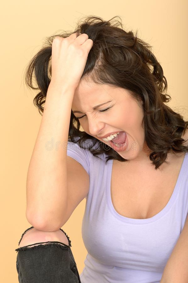 Giovane donna frustrata arrabbiata che tira capelli e che grida immagini stock libere da diritti