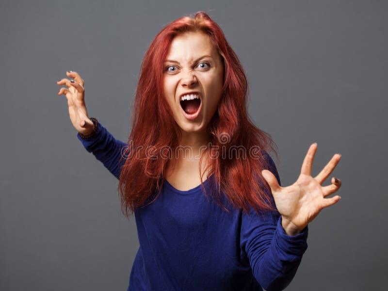 Giovane donna furiosa con la bocca aperta fotografia stock