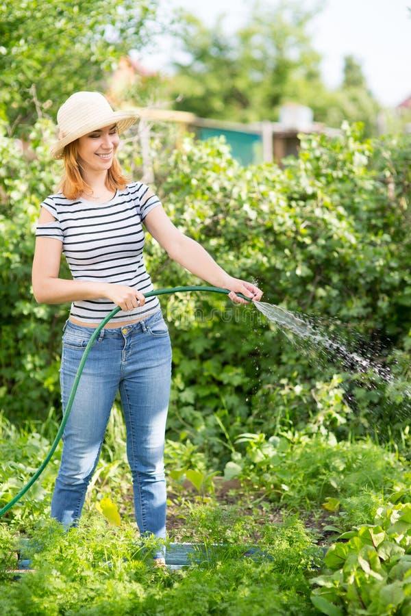Giovane donna in giardino immagine stock libera da diritti