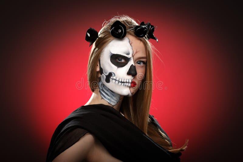 Giovane donna in giorno dell'arte guasto del fronte del fronte art fotografie stock