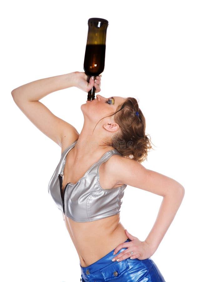Giovane donna grassoccia dalla bottiglia immagine stock