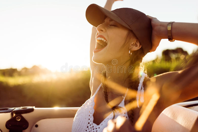 Giovane donna graziosa che guida sul viaggio stradale il bello giorno di estate fotografie stock libere da diritti