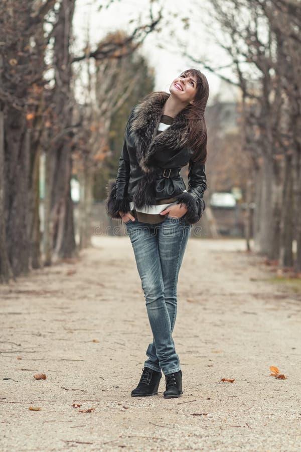 Giovane donna graziosa che posa all'aperto fotografia stock libera da diritti