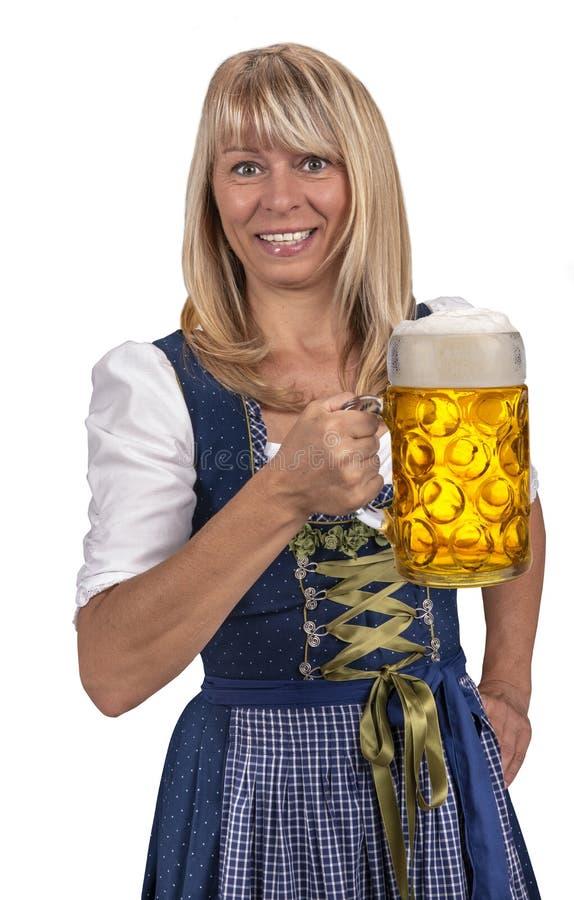 Giovane donna graziosa che tiene un vetro di birra a Oktoberfest a Monaco di Baviera fotografia stock libera da diritti