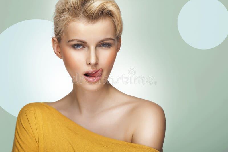 Giovane donna graziosa con i bei capelli biondi fotografie stock libere da diritti
