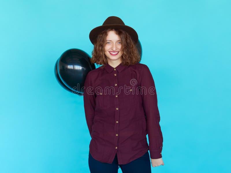 Giovane donna graziosa con i palloni colorati fotografie stock libere da diritti